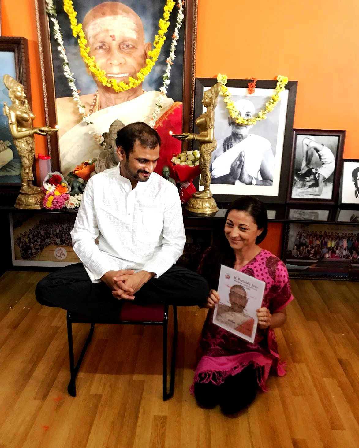 Laia Yañez y SharathJi en Mysore